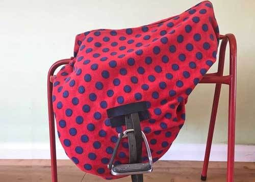 MAXIMA FLEECE RIDE-ON SADDLE COVER - RED WITH NAVY SPOT